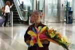 Xúc động hình ảnh mẹ nghèo ôm hoa đợi con ở sân bay Nội Bài