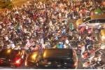Hàng ngàn phương tiện chôn chân trên phố Sài Gòn trước kỳ nghỉ lễ dài ngày