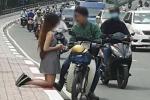 Cô gái quỳ gối xin lỗi bạn trai trên cầu khiến dân mạng tranh cãi gay gắt
