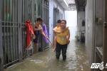 Người dân Hà Nội khốn khổ sống cảnh ngập lụt trong nước thải hôi thối sau bão số 2