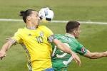 Ibrahimovic khiến đối thủ đốt lưới nhà, Thụy Điển hòa trên thế thua