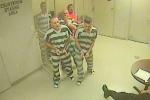 Quản ngục bất tỉnh, tù nhân phá cửa buồng giam và cái kết bất ngờ
