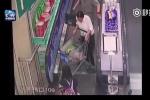 Clip: Thiếu nữ quên buộc dây giày khi đi thang cuốn và cái kết đau đớn