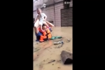 Nước dâng đến ngực, cảnh sát cho em bé ngồi lên đầu vượt đường ngập