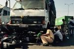 Xe tải 'nuốt chửng' hàng loạt xe máy, nhiều người bị cuốn vào gầm