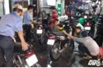 Dân Sài Gòn thức trắng đêm tại tiệm sửa xe sau mưa ngập