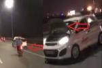 Taxi bị lật nắp capo phóng tốc độ cao, đánh võng trên cầu Nhật Tân