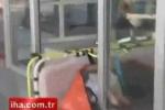 Nhân viên y tế cẩu thả, kéo bệnh nhân rơi xuống đất