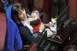 Nữ nghị sỹ vạch áo cho con bú ngay giữa nghị trường
