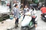 Dẹp 'cướp' vỉa hè: Dân mang dưa muối treo lên cây, xách cá đi bán dạo