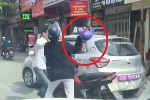 Va chạm giao thông, phụ nữ cầm mũ bảo hiểm 'phang' tài xế taxi