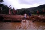 Sạt lở đất do mưa lớn, hàng trăm hộ dân Quảng Bình bị cô lập