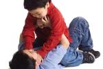 Con đi học bị bắt nạt: Nên dạy trẻ đánh lại hay im lặng chịu thiệt?