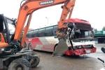 Xe khách 45 chỗ tông văng máy cuốc trên đường phố Hạ Long