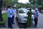 Ông Đoàn Ngọc Hải xử phạt 2 ô tô biển đỏ đậu trước UBND quận 1