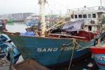 Áp thấp đổ bộ, tàu cá vỏ sắt của ngư dân bị lật nghiêng giữa biển