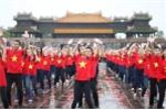 Hàng nghìn sinh viên Đại học Huế mặc áo cờ đỏ sao vàng nhảy dân vũ dưới mưa