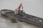 Hà Nội điều tra 'tàu lạ' ngang nhiên xả thải ra sông Hồng