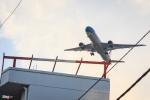 Cận cảnh máy bay 'sượt qua đầu' hạ cánh xuống Tân Sơn Nhất