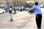 Bất mãn với xã hội, thanh niên cầm dao xông vào đồn cảnh sát gây sự