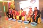 Bất ngờ trong tiệc cuối năm, lãnh đạo rửa chân cho nhân viên xuất sắc
