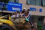 Những tình huống 'dở khóc dở cười' trong mưa ngập ở Hà Nội