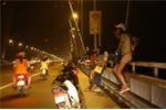 Truy quét các điểm 'hò hẹn' và 'bẫy người' trên cầu Nhật Tân, Đông Trù