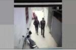 Clip: Đôi tình nhân nắm tay nhau đi trộm xe bị đuổi đánh chạy trối chết