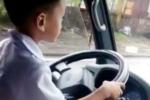 Bé trai 6 tuổi lái xe tải: Công an làm việc với 3 bố con, tạm giữ phương tiện