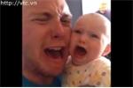 Phì cười với clip hai bố con 'mếu máo' khi mẹ vắng nhà