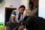 Clip: Cảnh sát Ấn Độ cổ vũ nữ sinh đánh gã quấy rối