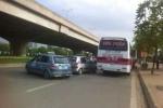 Xe khách làm loạn trước cửa bến xe Mỹ Đình ngày đầu nghỉ lễ