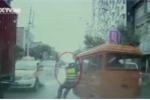 Clip: CSGT bị xe ba gác kéo lê 800 mét