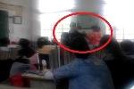 Clip: Thầy giáo đánh nhau tay đôi với nữ sinh trong lớp