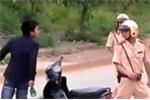 Vi phạm giao thông, 2 thanh niên hung hãn lao vào đánh CSGT