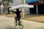 Clip: 'Dị nhân' chở đệm trên xe không tay lái