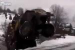 Clip: Xe tải Nga bốc đầu, vượt đường tuyết cực điệu nghệ