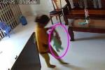 Phẫn nộ clip bé trai 8 tháng tuổi bị người giúp việc túm chân, dốc ngược đầu