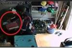 Clip: 'Cao thủ' trộm iPhone trong 30 giây ngay trước mắt nạn nhân