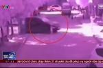 Clip: Mẹ mải mê điện thoại, con 2 tuổi bị xe cán chết