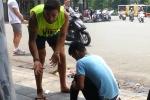 Video: Đánh giày kiểu trấn lột ở phố cổ Hà Nội