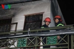 Cháy nhà trong hẻm, xe chữa cháy bất lực