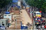 Hà Nội: Dựng lô cốt giữa đường rồi bỏ hoang, mặc cho dân chen nhau với khói bụi