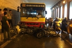 Xe buýt đâm hàng loạt xe máy đang trú mưa dưới hầm chui Kim Liên