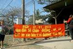Dân dựng biển dọa chặn quốc lộ 13