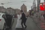 Clip: Cô dâu cầm hoa cưới đánh chú rể túi bụi giữa phố