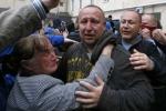 Đám đông gây áp lực buộc cảnh sát Odessa thả người
