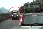 Clip: Ôtô lấn làn trên đường hẹp bị xe khách đấu đầu ép lùi