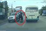 Hoảng hốt xem clip 3 thanh niên thách thức 'tử thần' trên xa lộ