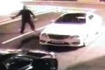 Video: Tự ném gạch vào mặt, tên trộm xe ngất xỉu bên đường